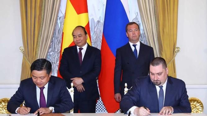 Phó Tổng Giám đốc Tập đoàn VNPT Huỳnh Quang Liêm và Tổng Giám đốc Công ty Altarix Denis Nikolaev ký biên bản ghi nhớ
