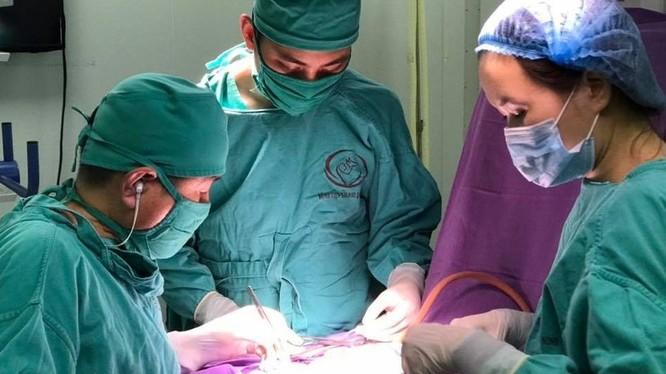 Ekip phẫu thuật của Bệnh viện Sản Nhi Quảng Ninh cấp cứu cháu bé 2 ngày tuổi.
