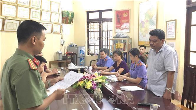 Cơ quan An ninh Điều tra, Công an tỉnh Hà Giang đọc lệnh bắt tạm giam đối với Nguyễn Thanh Hoài, Trưởng phòng Khảo thí và Quản lý Chất lượng thuộc Sở GD&ĐT tỉnh Hà Giang (Ảnh: TTXVN)