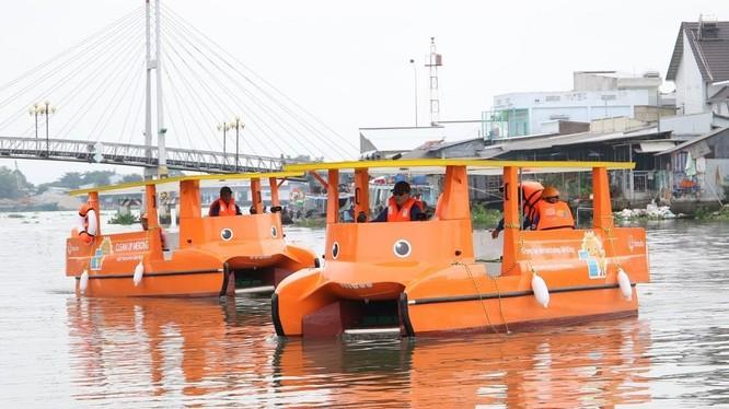 Hai chiếc thuyền chạy bằng năng lượng mặt trời giúp làm sạch sông Mê Kông được thử nghiệm đầu tiên tại tỉnh Vĩnh Long.