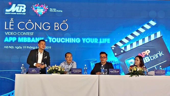 Đạo diễn Việt Tú (ngoài cùng bên trái) tham gia hội đồng giám khảo cuộc thi.