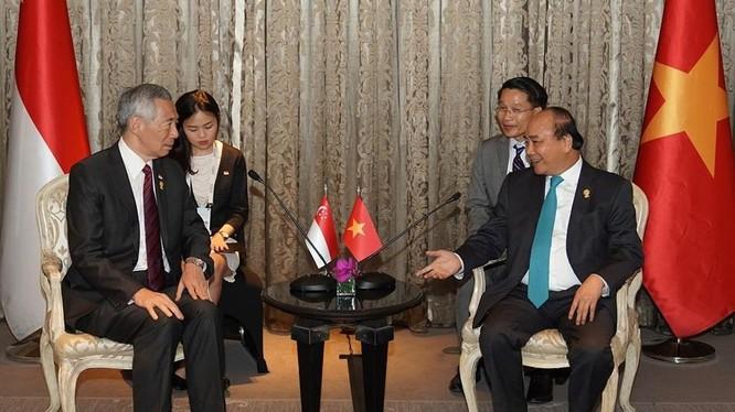 Thủ tướng Nguyễn Xuân Phúc tiếp Thủ tướng Lý Hiển Long vào chiều 22/6 tại Bangkok, Thái Lan, theo đề nghị của phía Singapore.