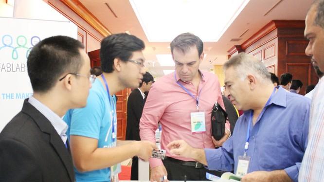 Doanh nghiệp giới thiệu sản phẩm trong gian hàng tại Ngày hội Khởi nghiệp đổi mới sáng tạo.