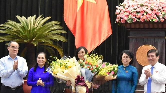 Lãnh đạo TP.HCM chúc mừng đồng chí Phan Thị Thắng.