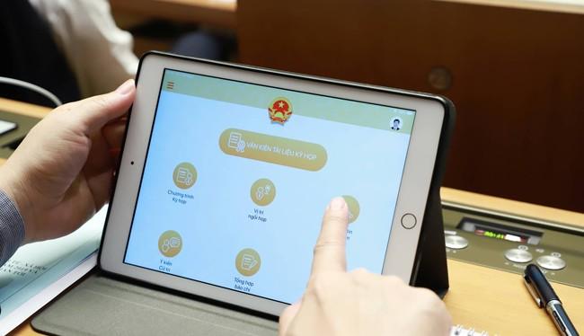 Các đại biểu được trang bị iPad để tra cứu tài liệu từ kỳ họp thứ 7, Quốc hội khóa XIV vừa qua.