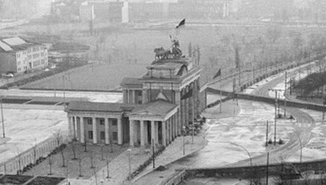 Năm 1961, Bức tường Berlin bắt đầu được dựng lên, ngăn cách Đông Đức và Tây Đức. Nó trở thành biểu tượng nổi tiếng nhất của cuộc chiến tranh Lạnh.