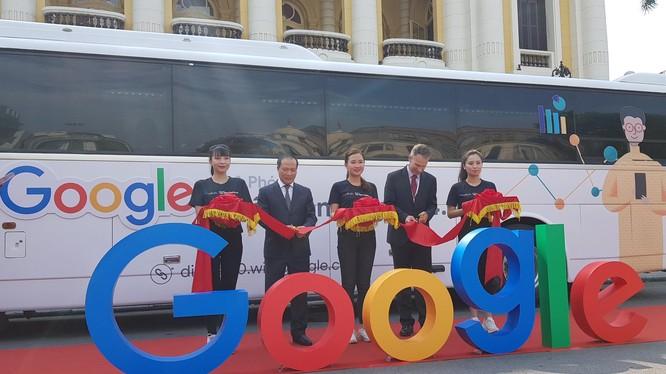 Digital Bus (xe buýt kỹ thuật số) là chuyến xe đào tạo lưu động sẽ đi đến 59 tỉnh của Việt Nam.