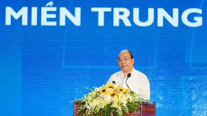 """Trước những nút thắt chưa được tháo gỡ, Thủ tướng yêu cấu các tỉnh miền Trung cần thể hiện khát vọng vươn lên mạnh mẽ, quyết tâm để sớm trở thành địa bàn có trình độ kinh tế-xã hội phát triển cao, bền vững của đất nước. """"Miền Trung phải xốc tới. Miền T"""