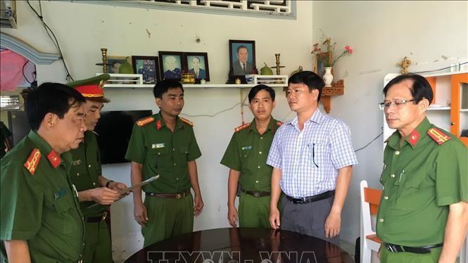 Cơ quan Cảnh sát điều tra Công an tỉnh Trà Vinh tống đạt quyết định khởi tố, lệnh bắt tạm giam bị can Trần Trường Sơn. Ảnh: TTXVN