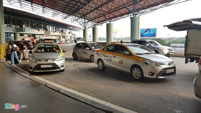 Taxi đón trả khách tại sân bay Nội Bài (Hà Nội).