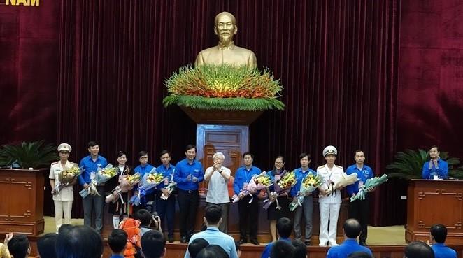 Tổng Bí thư, Chủ tịch nước Nguyễn Phú Trọng tặng hoa chúc mừng các đảng viên trẻ tiêu biểu toàn quốc.