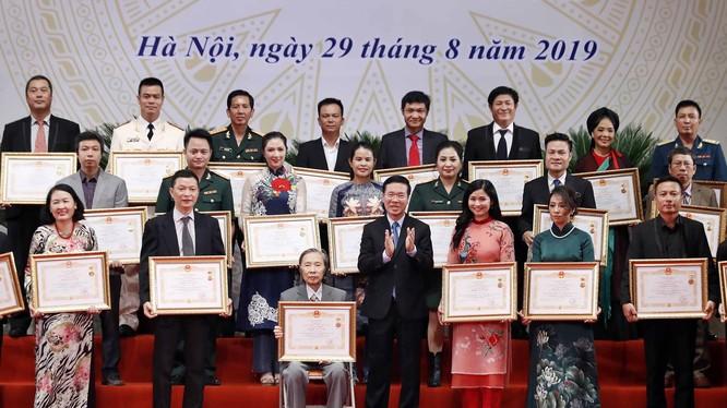 Trưởng Ban Tuyên giáo Trung ương Võ Văn Thưởng trao danh hiệu Nghệ sĩ Ưu tú (đợt năm 2019) cho các nghệ sĩ.
