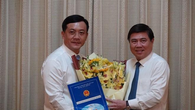 Chủ tịch UBND TPHCM Nguyễn Thành Phong (phải) trao quyết định bổ nhiệm ông Hà Phước Thắng