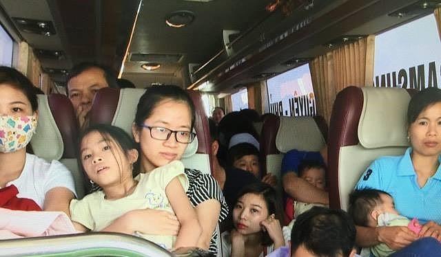 Tình trạng nhồi nhét vẫn xuất hiện trên một số xe khách liên tỉnh dịp nghỉ lễ dài ngày.
