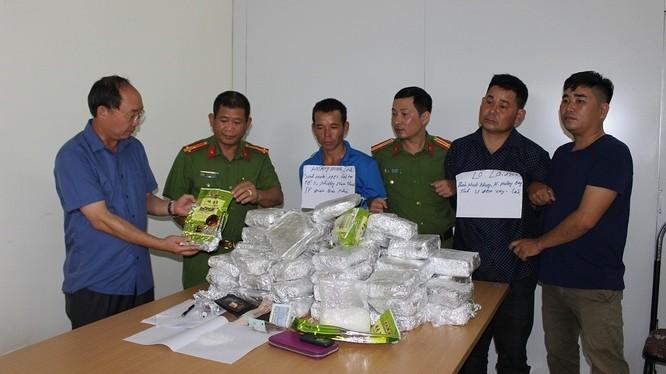 Các đối tượng Lả, Linh (cầm giấy) cùng tang vật bị bắt giữ tại cơ quan công an.