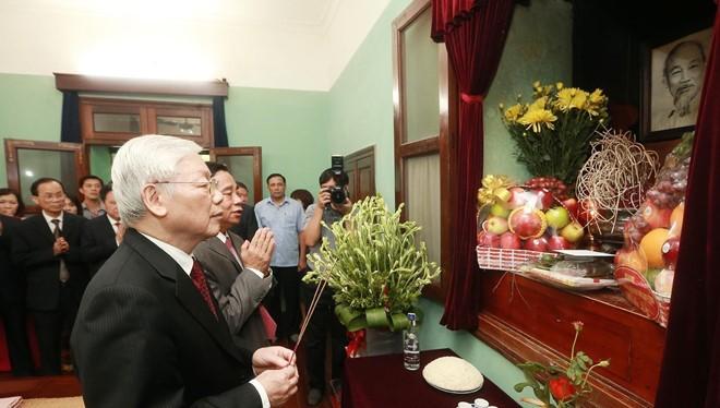 Tổng Bí thư, Chủ tịch nước Nguyễn Phú Trọng kính cẩn dâng hương, tưởng nhớ và tri ân công lao to lớn của Chủ tịch Hồ Chí Minh.