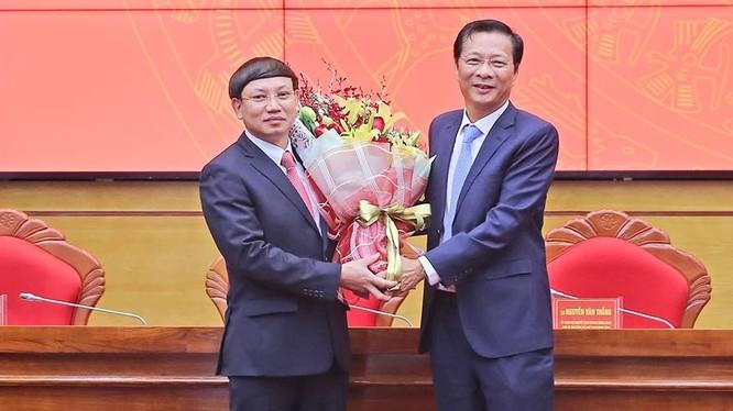 Ông Nguyễn Văn Đọc chúc mừng Nguyễn Văn Đọc chúc mừng ông Nguyễn Xuân Ký (trái) được bầu làm Bí thư Tỉnh ủy Quảng Ninh.