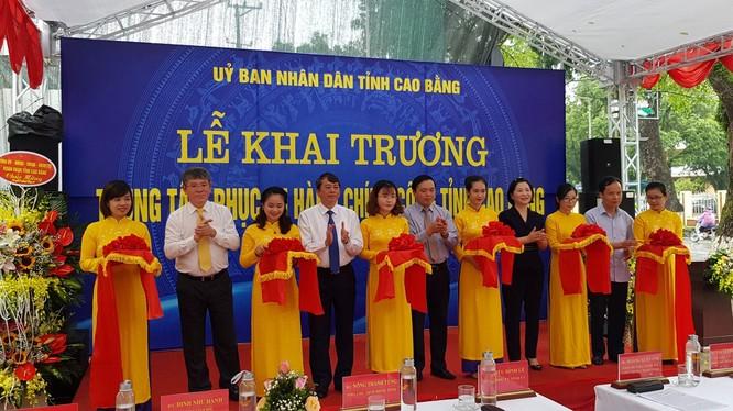 Các đại biểu cắt băng khai trương Trung tâm Hành chính công tỉnh.