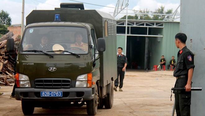 Công an khám xét nhà xưởng tại tỉnh Kon Tum.