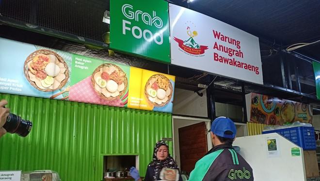 Tài xế GrabFood tới nhận đồ ăn ở quầy hàng tại GrabKitchen (ảnh chụp tại Indonesia).