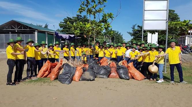 Đoàn thanh niên Tổng công ty ra quân dọn rác thải tại bãi biển Diễn Thành – Nghệ An.