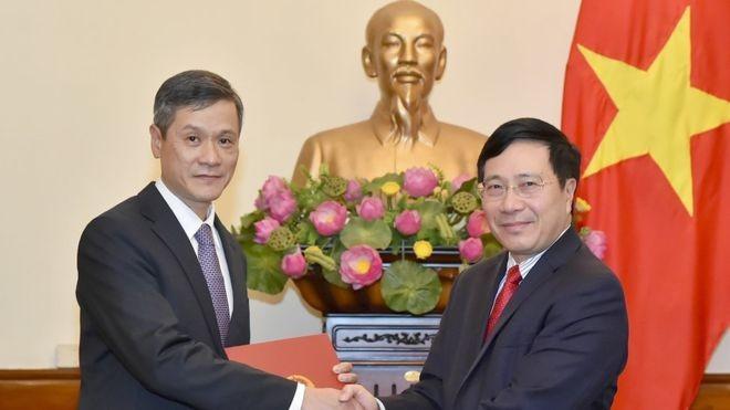 Ông Nguyễn Minh Vũ (trái).