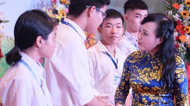Bộ trưởng Bộ Y tế Nguyễn Thị Kim Tiến trò chuyện với sinh viên tại Lễ khai giảng năm học mới của Trường Đại học Y dược TP.HCM (16/9).