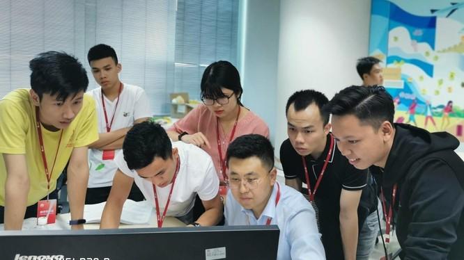 Giờ học thực hành của các sinh viên Việt Nam.