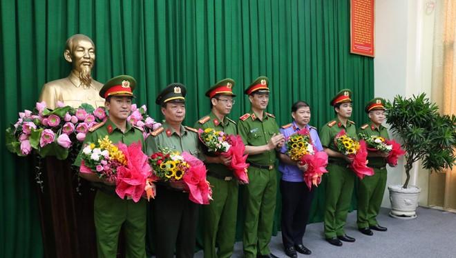 Thiếu tướng Nguyễn Duy Ngọc, Thứ trưởng Bộ Công an trao thưởng cho các đơn vị.