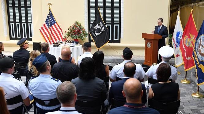 Đại sứ Kritenbrink phát biểu tại lễ kỷ niệm Ngày Tưởng niệm Tù binh và Người mất tích.