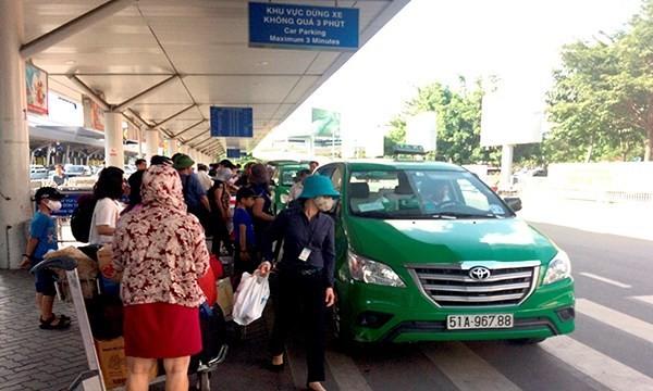 Hành khách đi máy bay khốn khổ bởi taxi ở sân bay Tân Sơn Nhất.