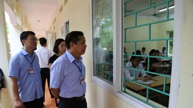 Ông Bùi Trọng Đắc, Giám đốc Sở Giáo dục Hòa Bình đi kiểm tra thi THPT Quốc gia năm 2018 (ảnh hoabinh.edu.vn).