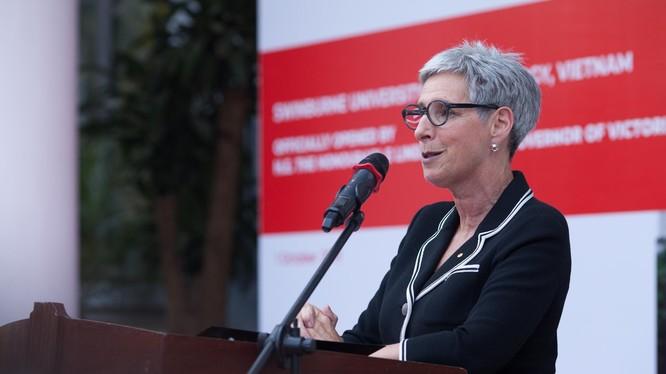 Thống đốc bang Victoria - H.E. Linda Dessau, tại buổi khánh thành khu học xá chương trình liên kết quốc tế Swinburne (Việt Nam)