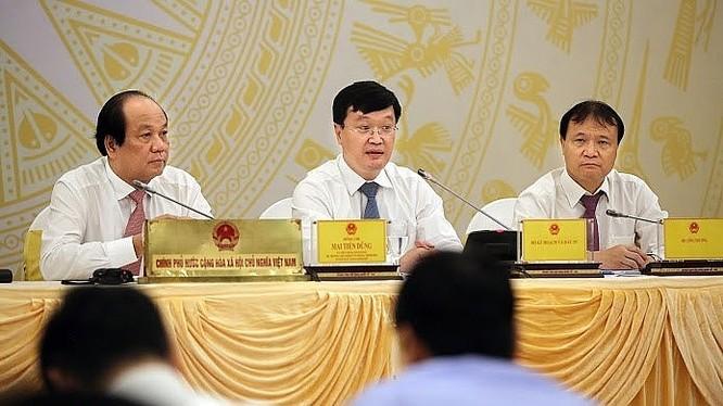 Thứ trưởng Bộ Kế hoạch và Đầu tư Nguyễn Đức Trung (giữa ảnh) trả lời câu hỏi của báo chí.