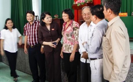 Phó Chủ tịch nước Đặng Thị Ngọc Thịnh với các cử tri huyện Vũng Liêm.