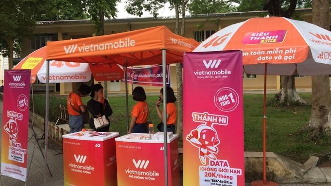 Chi nhánh Vietnammobile công khai bán sim 'rác' trong khuôn viên trường Đại học.