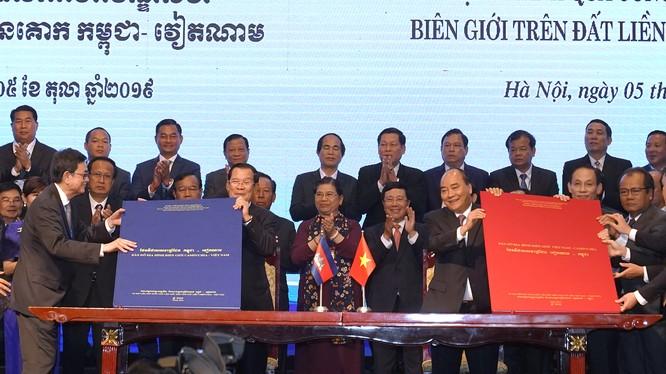 Hai Thủ tướng chứng kiến lễ ký Phụ lục bản đồ đính kèm Nghị định thư phân giới cắm mốc biên giới trên đất liền giữa Việt Nam và Campuchia.