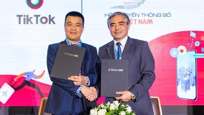 Ông Nguyễn Minh Hồng - Chủ tịch Hội Truyền thông Số Việt Nam và ông Nguyễn Lâm Thanh - Giám đốc Chính sách của TikTok Việt Nam ký kết hợp tác chiến lược.