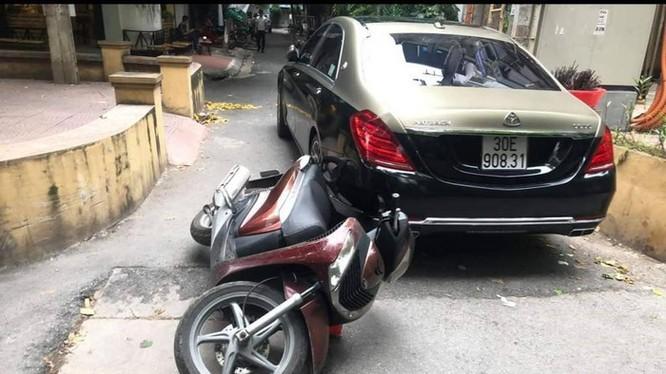 Hiện trường vụ ô tô Maybach 30E-908.31 va chạm giao thông với một người đi xe máy rồi xảy ra xô xát.