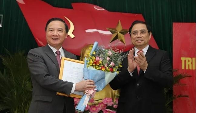 Ông Phạm Minh Chính trao quyết định và chúc mừng ông Nguyễn Khắc Định.