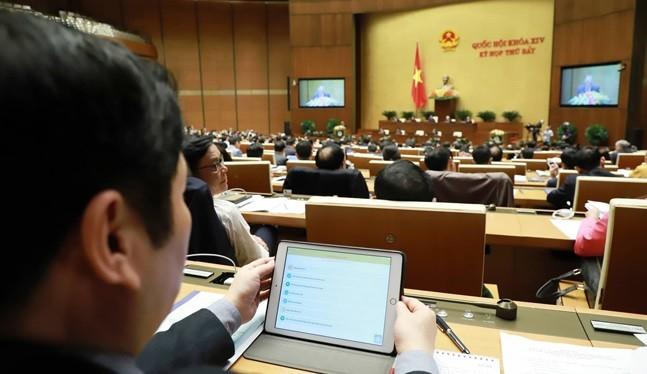 Đại biểu Quốc hội được trang bị iPad để tra cứu tài liệu.