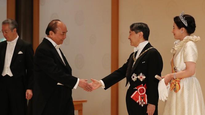 Thủ tướng Nguyễn Xuân Phúc chúc mừng Nhà vua Naruhito và Hoàng hậu. Ảnh: Hoàng gia Nhật Bản