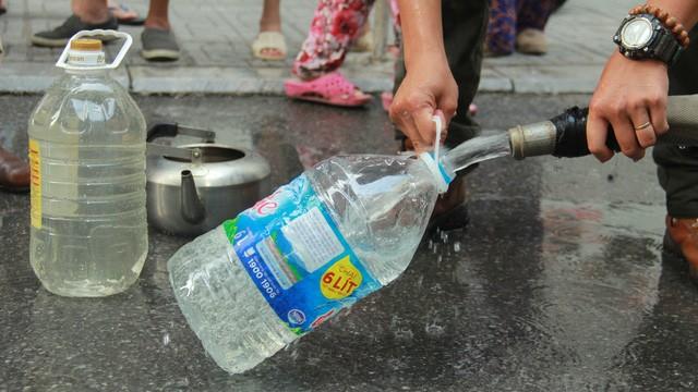 250.000 hộ gia đình tại Hà Nội lao đao vì thiếu nước sạch sinh hoạt trong 20 ngày qua.