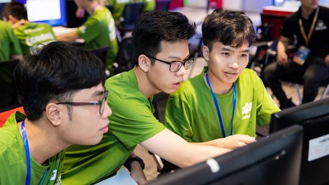 Các thí sinh tham gia Codewar tại điểm cầu Hà Nội.