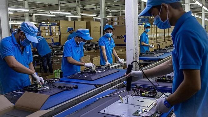 Công nhân lắp ráp tivi tại Công ty Asanzo.