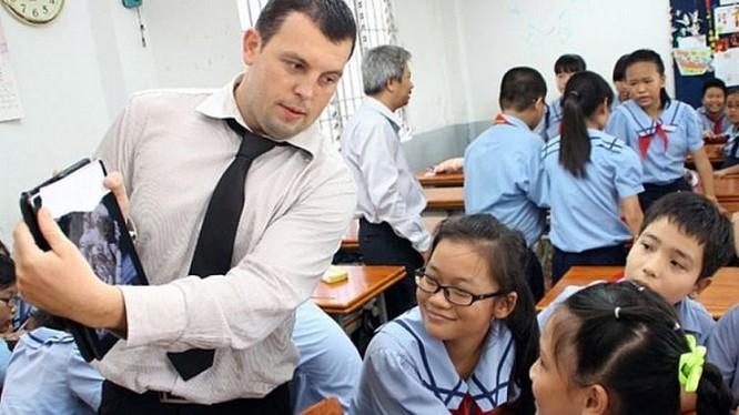 Người nước ngoài làm việc trong một trường học tại Hà Nội.
