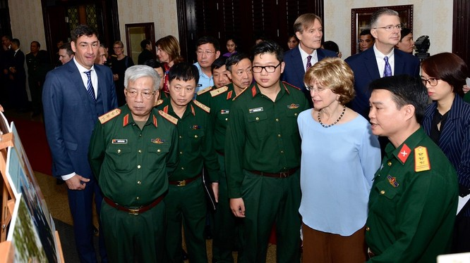 Phó Giám đốc toàn cầu USAID Bonnie Glick (áo xanh) và Thượng tướng Nguyễn Chí Vịnh, Thứ trưởng Bộ Quốc phòng (thứ hai, trái sang) cùng các khách mời trao đổi về khu vực nhiễm dioxin tại sân bay Biên Hòa.