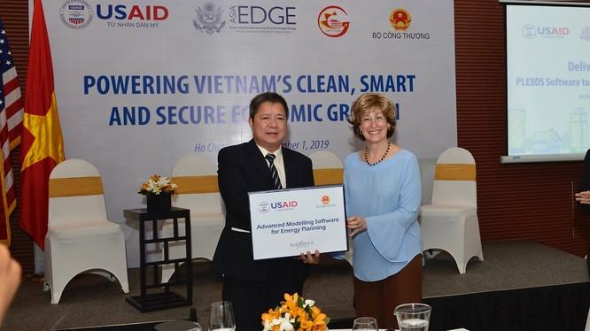 Phó Giám đốc toàn cầu USAID Bonnie Glick trao tặng Bộ Công Thương phần mềm PLEXOS mô phỏng hoạt động vận hành của các nhà máy điện và phần cứng đi kèm.
