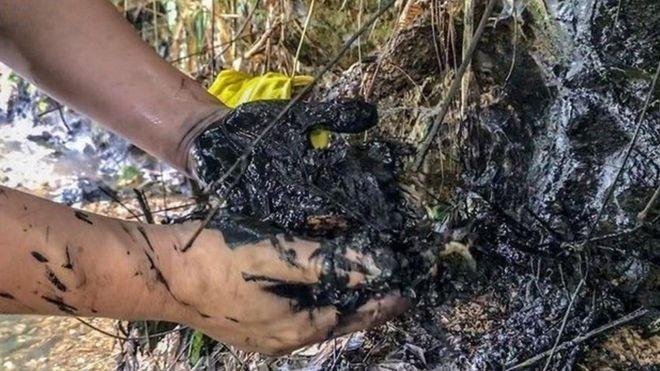"""Lượng lớn dầu thải đổ xuống đầu nguồn nước sạch sông Đà đã khiến 300.000 hộ gia đình Hà Nội """"chao đảo"""" vì thiếu nước sạch sinh hoạt."""