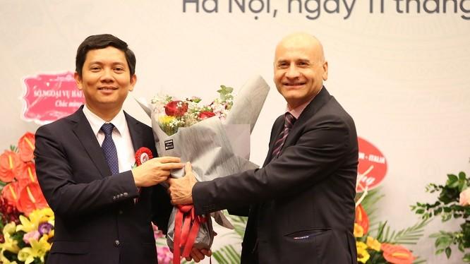 Ông Bùi Nhật Quang (trái) vừa được bổ nhiệm Chủ tịch Viện Hàn lâm KHXH Việt Nam